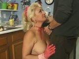 Putota Dana Hayes cojiendo y tragando verga moviendo sus nalgotas